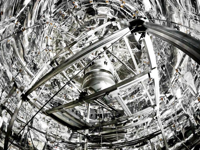 Binnenkant van de watertank van Xenon1T. In het midden de tank waarin met 3 ton van het vloeibaar gemaakt edelgas xenon naar donkeremateriedeeltjes wordt gespeurd. Beeld Xenon1T