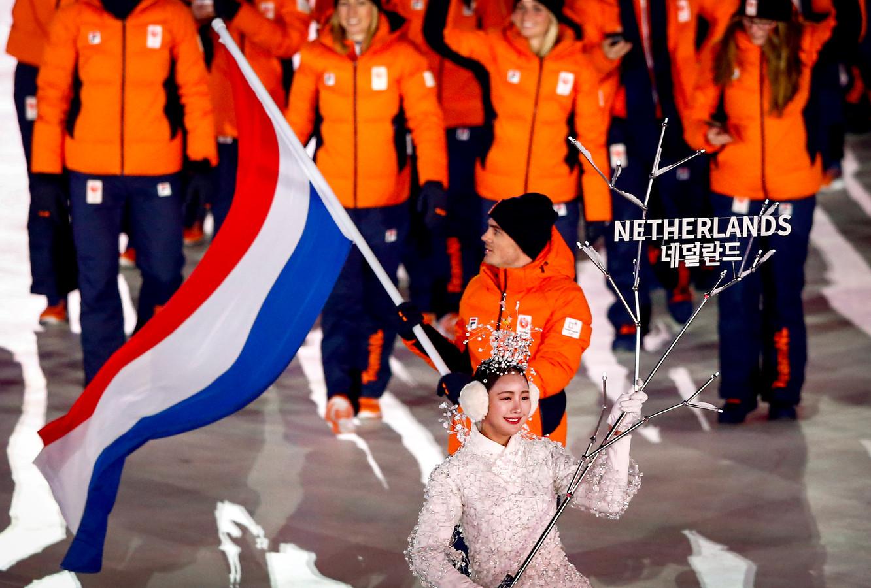 Jan Smeekens met de Nederlandse vlag tijdens de openingsceremonie van de Olympische Winterspelen van Pyeongchang