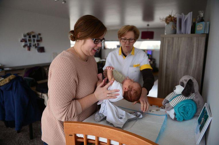 Vroedvrouw Ria komt mama Hannelore helpen bij de verzorging van haar baby Maxime.