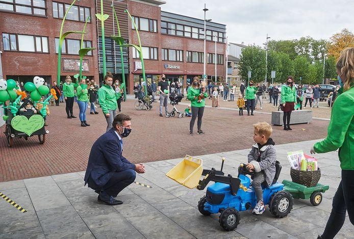Wethouder Van Boekel tijdens de demonstratie vóór De Dierenvriendjes, eind oktober bij het gemeentehuis.