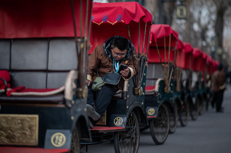 Een riksja-rijder wacht op klanten.  Beeld AFP