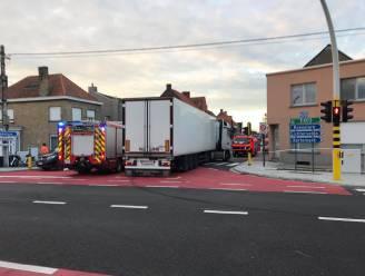 Fietsster (65) gekneld onder vrachtwagen bij dodehoekongeval