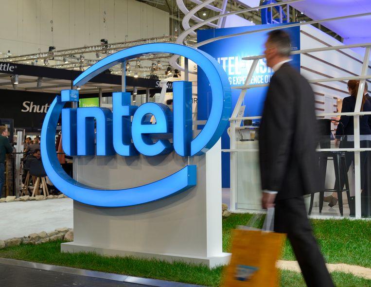 Een man loopt langs het logo van Intel.