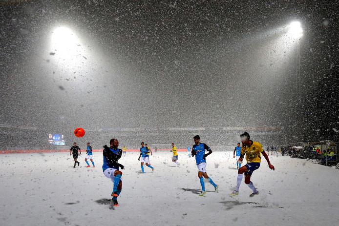 Cambuur en Vitesse speelden in 2015 al eens met sneeuw in Friesland.
