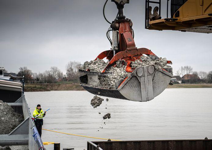 Nederland,Dreumel,06-03  -2020  storten van granuliet  bij Zandwinningsgebied Over de Maas  foto Koen Verheijden.