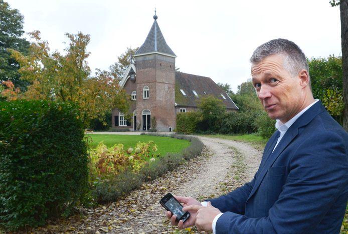 Jos IJkhout met de nieuwe iPhone-App Ommetjes Nijmegen. Foto: Do Visser/DG