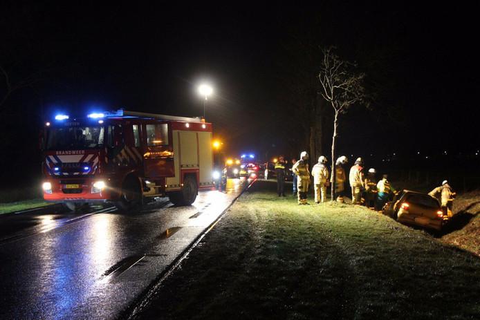 De brandweer werd ook opgeroepen om hulp te verlenen na de crash langs de N332.