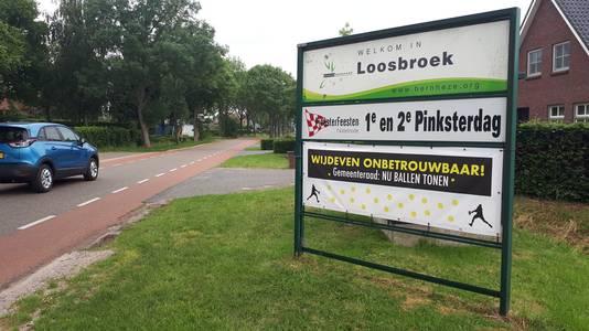 Onder andere met een spandoek op de entreeborden hoonde Loosbroek vorig jaar wethouder Wijdeven.