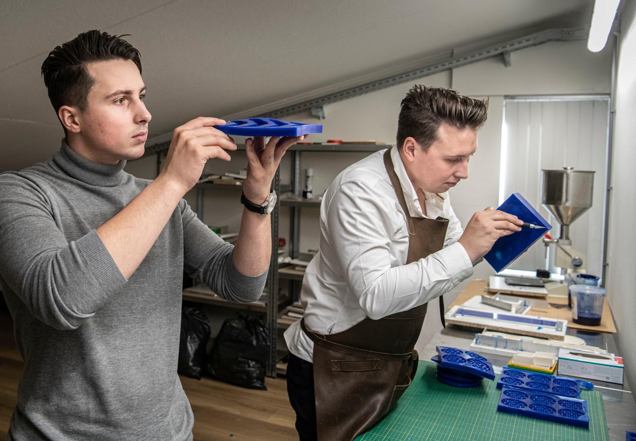 Joost (links) en Stijn Sommerdijk met hun mallen.