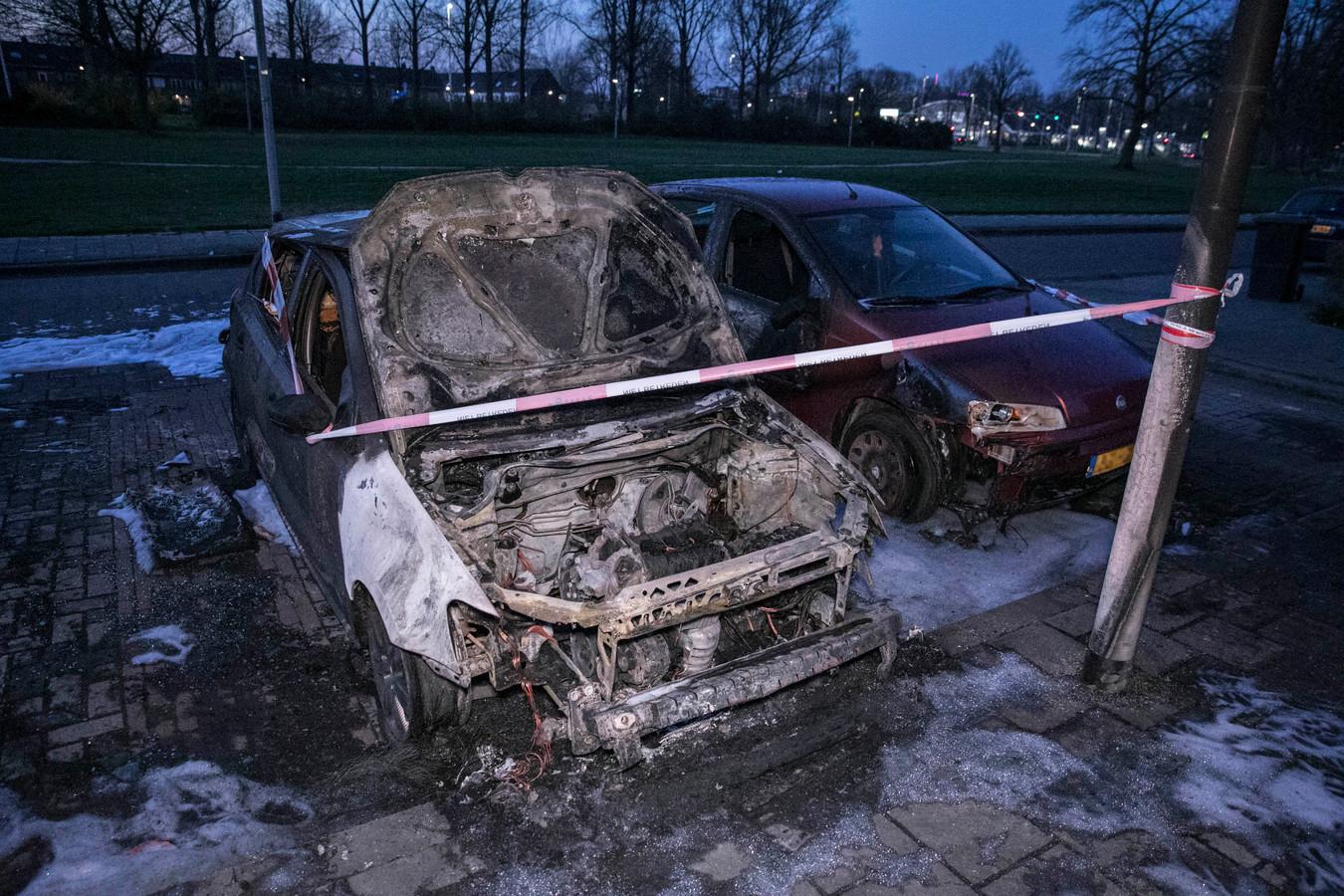 De naast geparkeerde auto raakte zwaar beschadigd.