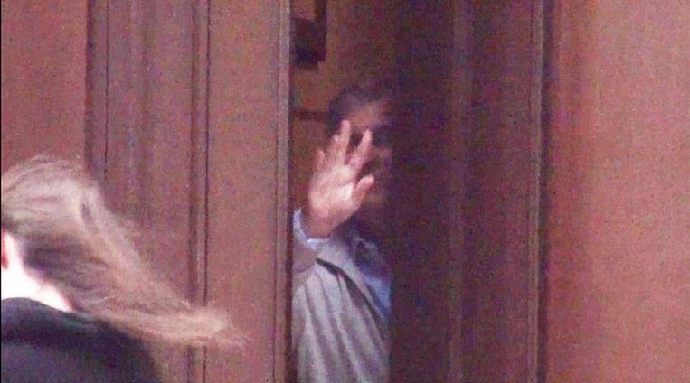 Prins Andrew neemt afscheid van een jong meisje dat vertrekt uit de villa van Epstein.