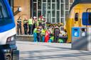 Ambulancepersoneel ontfermt zich over het slachtoffer op Centraal Station Eindhoven.