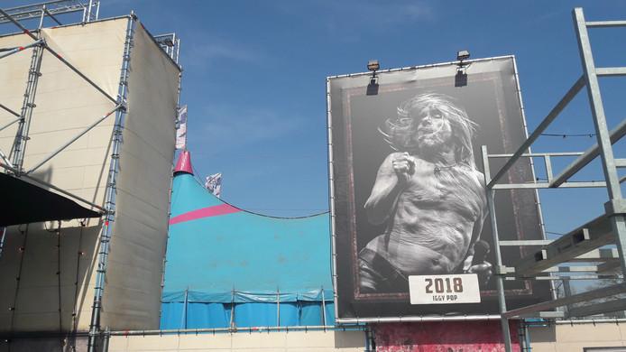Een grote poster met Iggy Pop, die in 2018 hoofdact was op Paaspop, siert nu het festivalterrein.