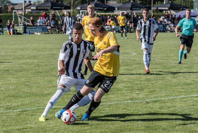 Magnus Sørensen (broeknummer 23) van Odense BK schermt de bal af in de finale tegen Figueirense.