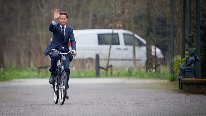 Premier Rutte eerder deze week op fiets bij het Catshuis.