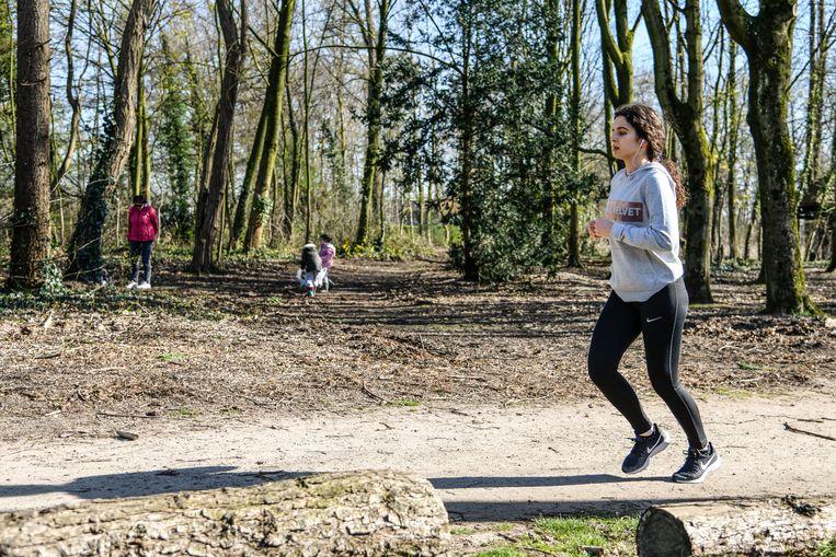 Een jogger in het Bospark.