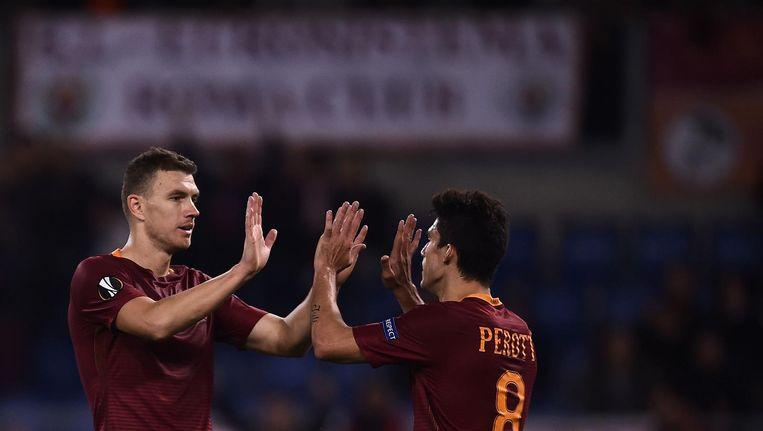Diego Perotti (r) viert zijn doelpunt met teamgenoot Dzeko Beeld anp