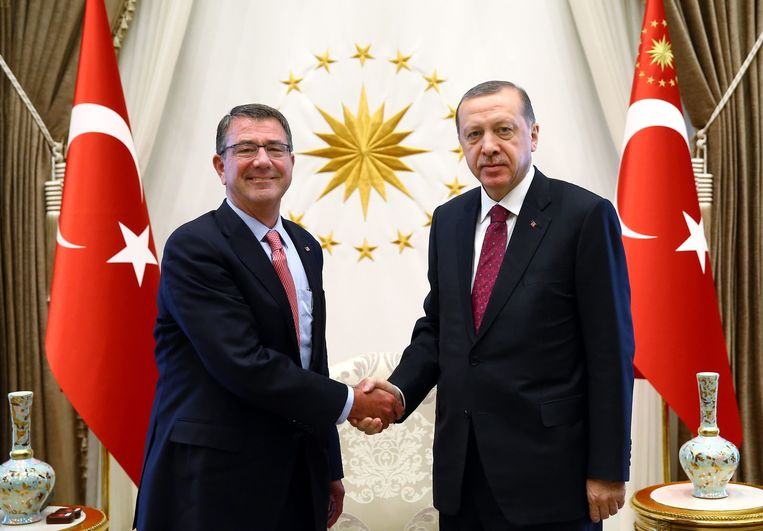 Carter en Erdogan schudden elkaar de hand. Beeld epa