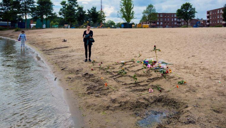 Bloemen bij de Sloterplas waar vorige week een vijfjarig meisje verdronk. Beeld Maarten Brante