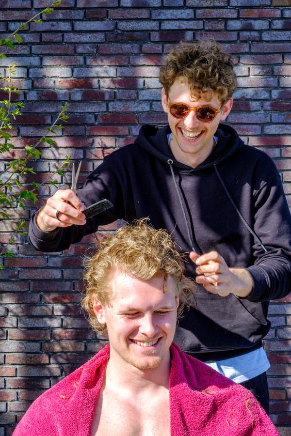Thuiskapper voor de eerste keer: Wessel (25) knipt broertje Thijs (23) had het nog nooit eerder gedaan. Thijs is heel tevreden met het resultaat!