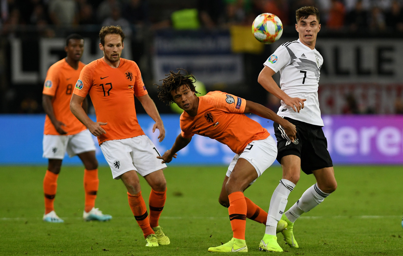 Invaller Kai Havertz (r) in duel met Nathan Aké.