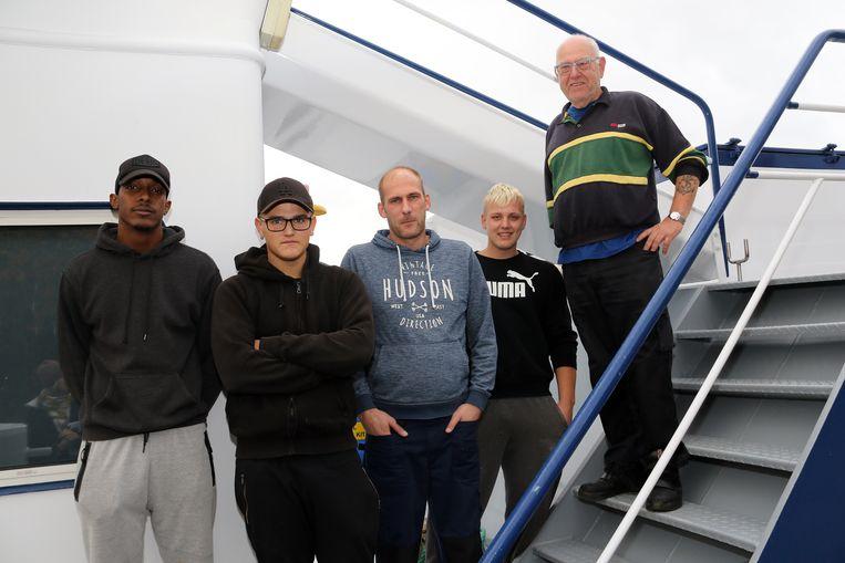 De bemanning van de Calamus hielpen de bemanning van het gezonken schip van boord.