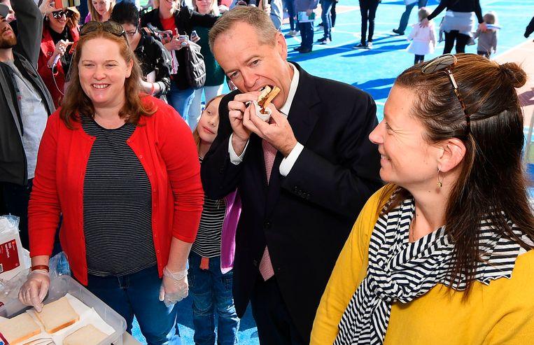 Bill Shorten aan een hot dog-kraampje.