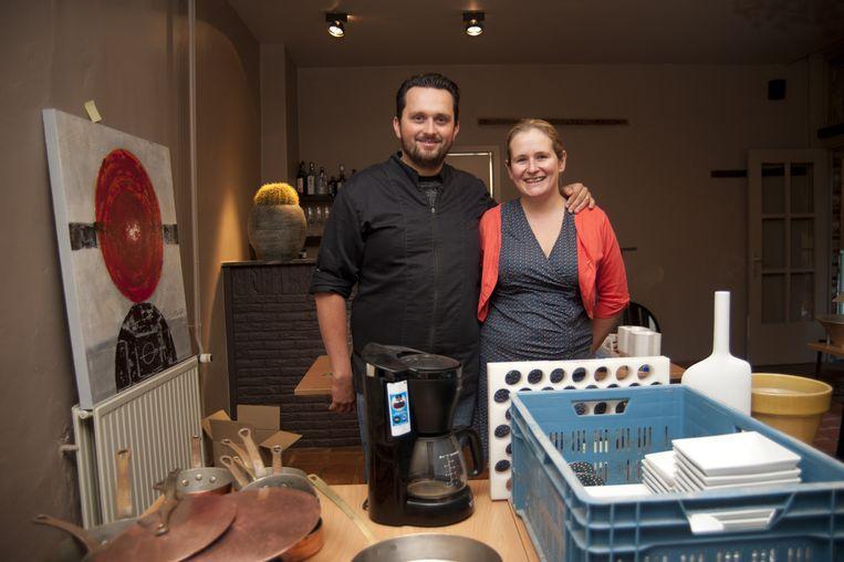 Thomas en Lien in hun oude restaurant Karel De Stoute waar ze gisteren een deel van de inboedel verkocht hebben.