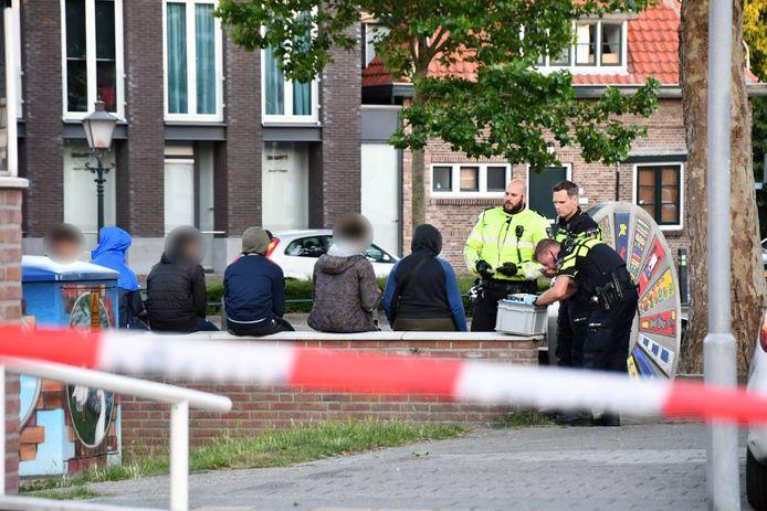 De verdachten zijn op een muurtje gezet, even erna werden ze geboeid afgevoerd.