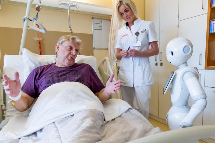 De pratende zorgrobot Pepper werd onlangs voor het eerst in Nederland ingezet op de verpleegafdeling van het Franciscus Vlietland in Schiedam. De robot stelt vragen aan patiënten bij hun opname.