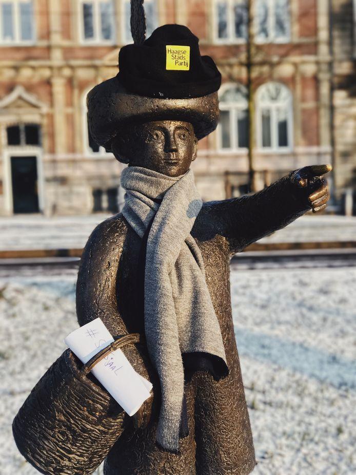 Beelden in Haagse binnenstad worden warm aangekleed. HierJantje met een muts op.