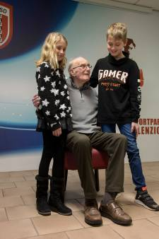Ernstig zieke Evert (90) krijgt van zijn cluppie de eer die hij verdient: 'Ik ben jullie dankbaar'