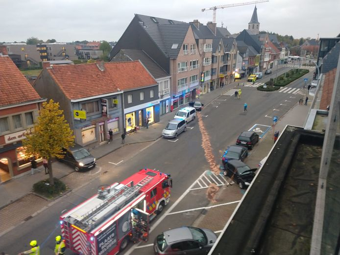 De brandweer moest de rijbaan afsluiten voor de opkuis van de brokstukken.
