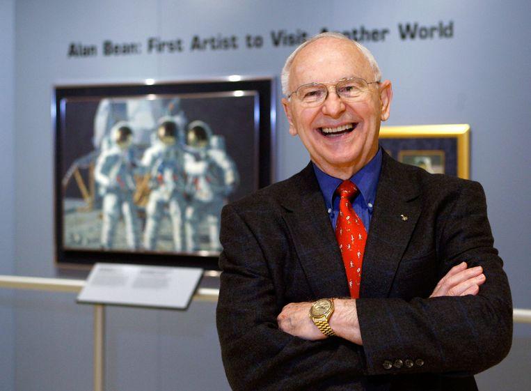 Alan Bean exposeert zijn schilderwerk in een museum in Texas in oktober 2008. Beeld AP