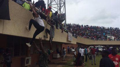 Waanzin in Gambia: fans klauteren in lichtmasten voor kwalificatiematch Afrika Cup, match wordt 1,5 uur uitgesteld