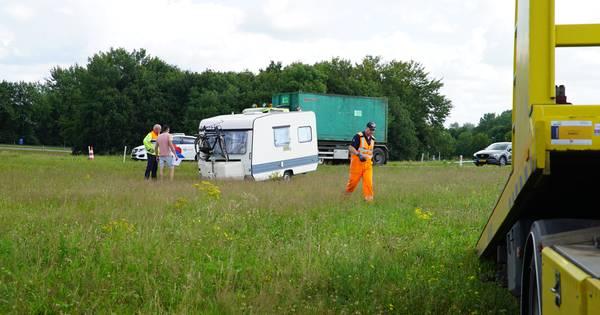 Veel oponthoud op snelweg A1 door ongeval bij Rijssen en caravan die in berm schiet.