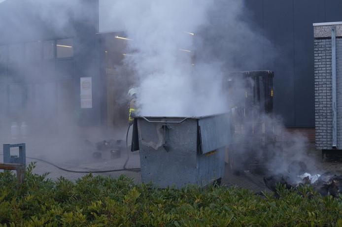 Bij een brand in een afvalcontainer in Ulft is veel rookontwikkeling geweest.