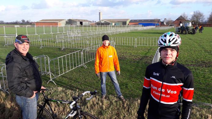 In Huijbergen is woensdag begonnen met de opbouw van de materiaalpost voor het NK veldrijden, onder leiding van parcoursbouwer Jan Maas (oranje jack). Junior Joeri van Mook uit Oosterhout (16) kwam alvast een kijkje nemen.