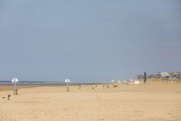 Het strand van De Panne zal deze zomer vol badgasten en touwen liggen.
