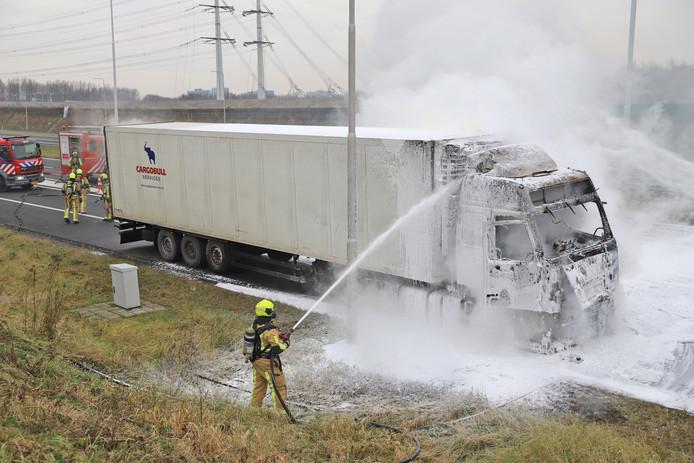 De brandweer is ter plaatse om de vrachtwagen te blussen op de A4.