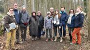 Wandelaars genieten van natuurpoëzie