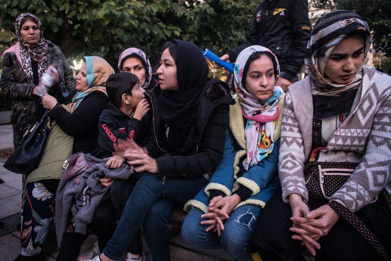 Afghaanse vluchtelingen op het Victoriaplein in Athene.  Beeld Nicola Zolin