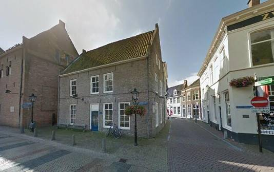 De voormalige kantoorpand van Landstede (midden) op het Grote Kerkplein