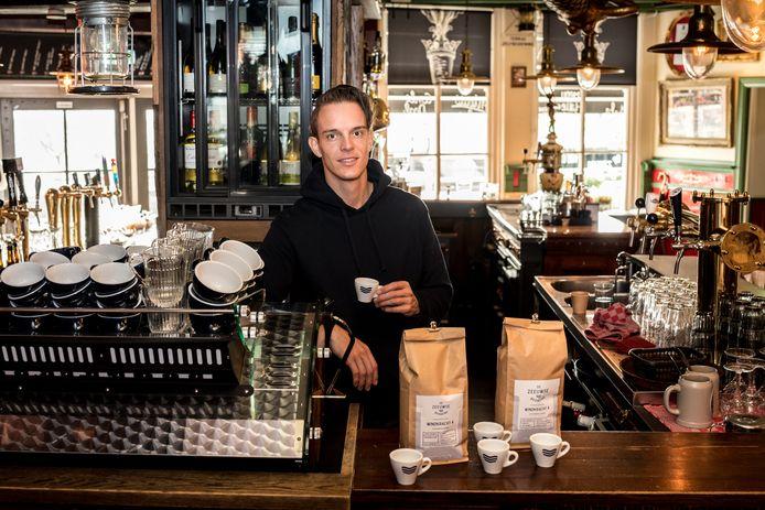 """Barista Rob Clarijs in Café de Biet in Zierikzee. ,,Als je De Zeeuwse Branding eenmaal geproefd hebt, ben je verkocht."""""""
