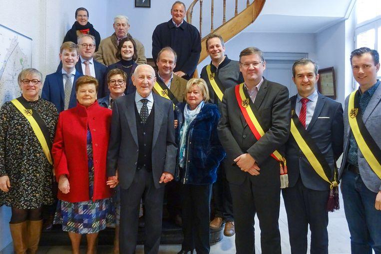 André en Nelly Bradt samen met familie en gemeentebestuur in het gemeentehuis van Kruishoutem.