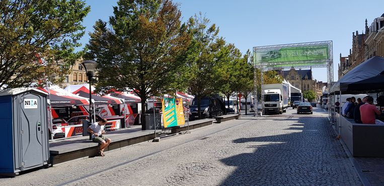 de Grote Markt in Ieper staat al aardig vol in afwachting van de start van de rally.