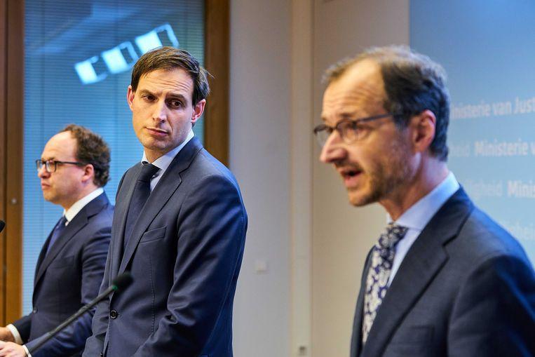 Ministers Wouter Koolmees, Wopke Hoekstra en Eric Wiebes tijdens een persconferentie over het financiële steunpakket tijdens de coronacrisis.  Beeld EPA