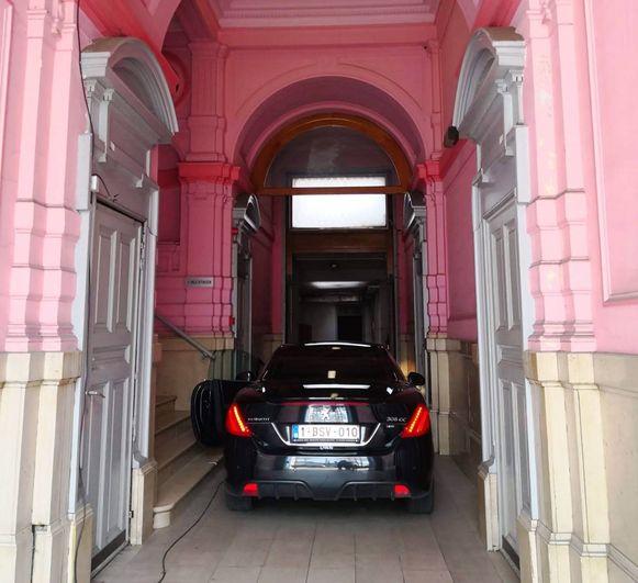 De doorrit naar de parkeergarage in het voormalig gebouw van Staatsveiligheid in de Frankrijklei.