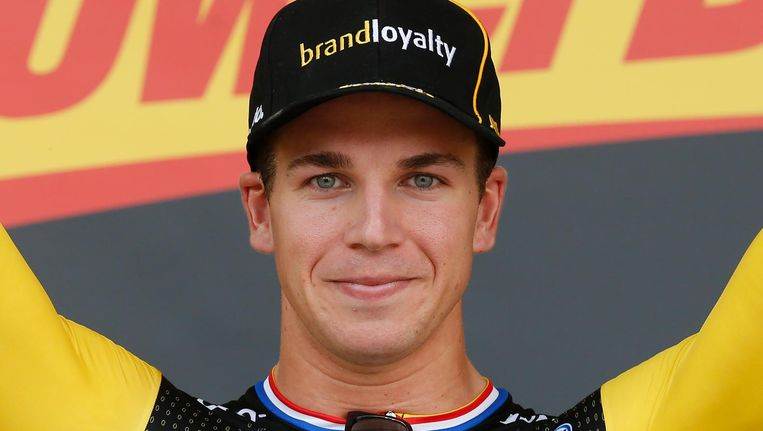 Dylan Groenewegen viert zijn overwinning op het podium tijdens de zevende etappe van de Tour de France tussen Fougeres en Chartres. Beeld anp