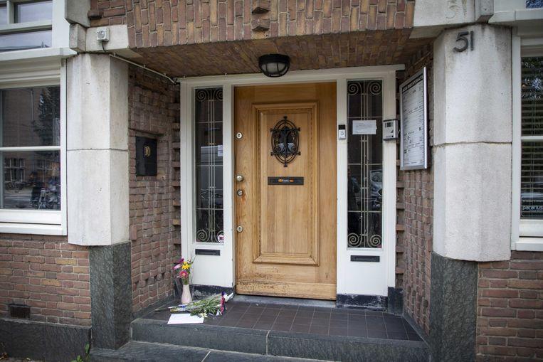 Bloemen bij de voordeur van Derk Wiersums kantoor. Beeld ANP
